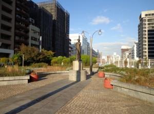 築地川銀座公園 月を呼ぶ少女①